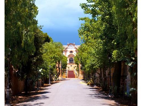 Veduta  della facciata principale di villa ramacca dal viale di ingresso.