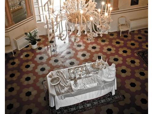 Vista dall'alto della sala dove è allestito il tavolo della confettata.