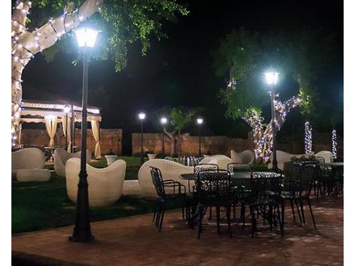 La corte interna di sera, illuminata in occasione delle feste natalizie.