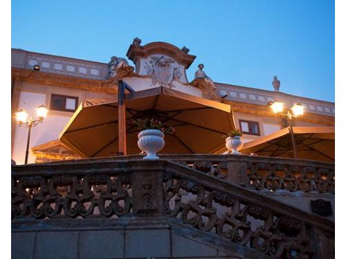 Particolare della facciata principale, durante la stagione estiva.