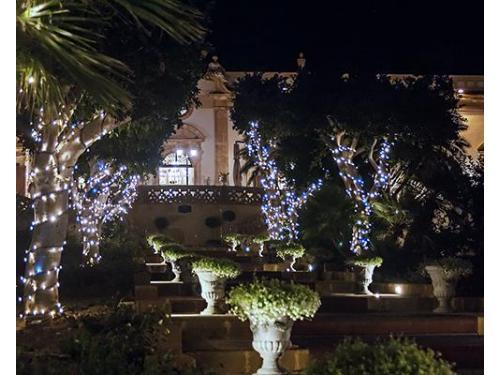 Particolare della facciata principale, luminarie poste in occasione delle feste natalizie.