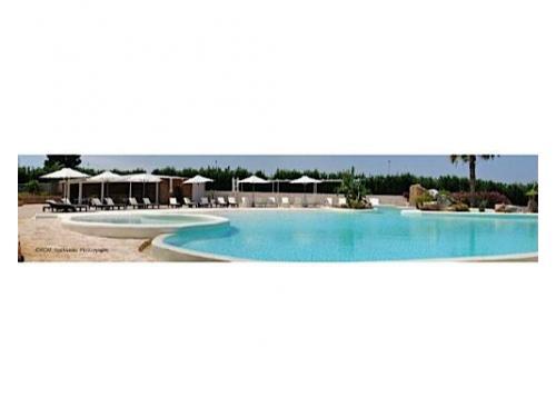 Una veduta d`insieme della grande piscina del relais masseria caselli