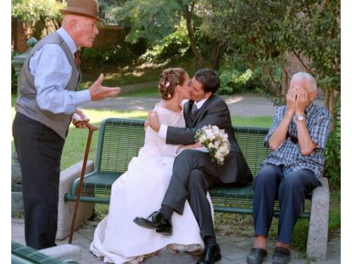 Bacio degli sposi ed i nonni