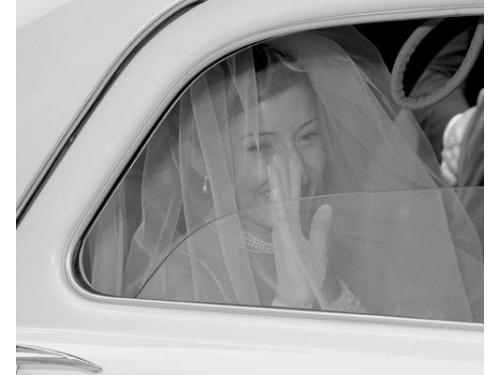 Sposa che sorride in auto