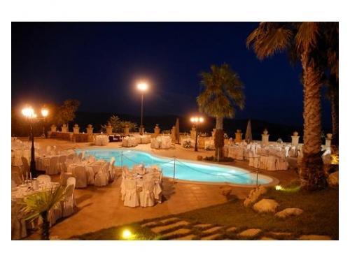 Matrimonio a bordo piscina notturna