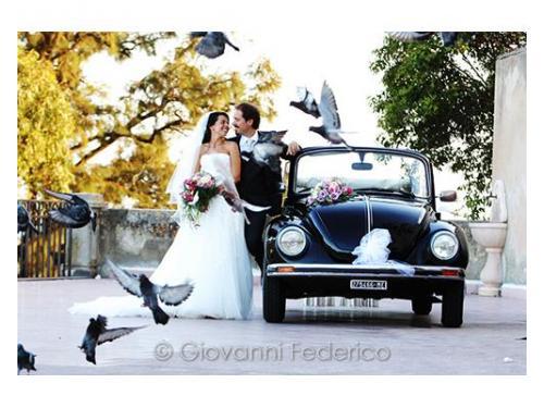 I sposi e la loro auto nuziale