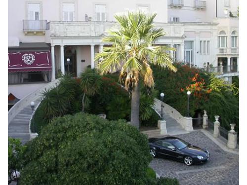 La facciata e l`ingresso del grand hotel