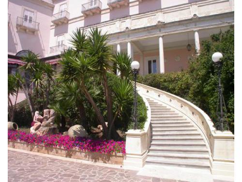 La scalinata esterna di accesso al grand hotel