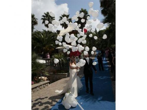 Lancio dei palloncini all`arrivo degli sposi