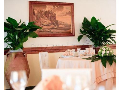 Il tavolo degli sposi allestito con rose bianche