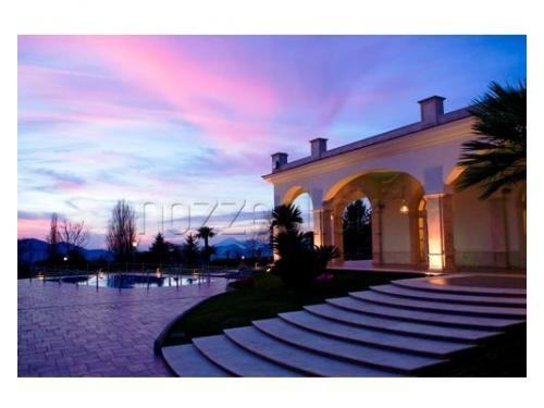 Uno splendido tramonto tinge di rosa