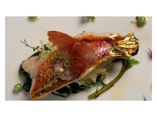 Filetto di pesce con decorazioni in oro