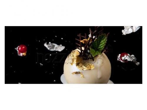Dessert al cioccolato bianco con decorazioni oro