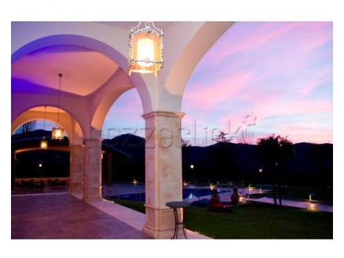 La vista del tramonto dal porticato della villa