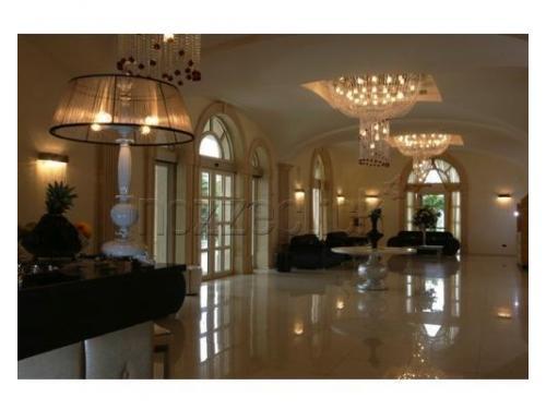 L`ampio salone con i magnifici lampadari