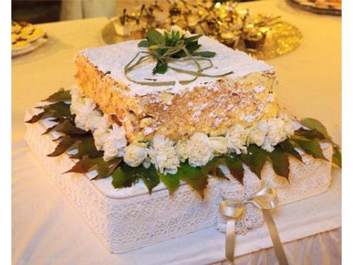 Torta decorata con rose bianche