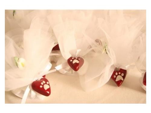 Bomboniere confezionate con ciondoli a forma di cuore. personalizzabili.