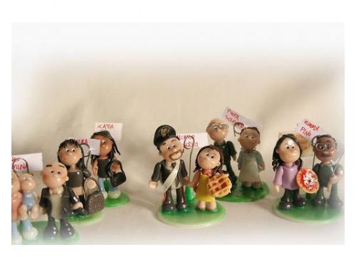 Bomboniere personalizzate sugli invitati: pupazzetti somiglianti ai vostri invitati, con la loro famiglia!