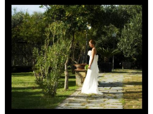 Una sposa pensierosa e felice