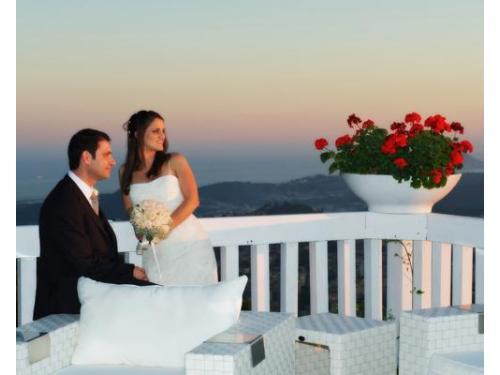 Gli sposi si godono un panorama speciale in un giorno altrettanto speciale