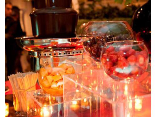 La fontana di cioccolato con la frutta fresca