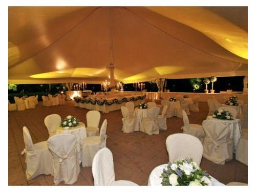 Stupendo allestimento di un buffet e dei tavolini per far accomodare gli ospiti