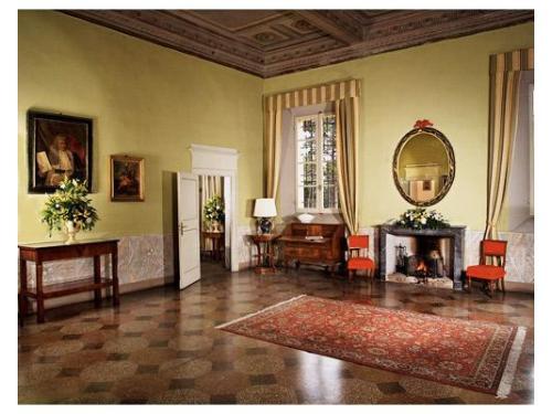 Lo stile elegante di una delle sale interne della villa