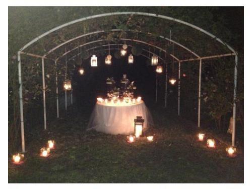 Wedding cake sotto il pergolato di rose