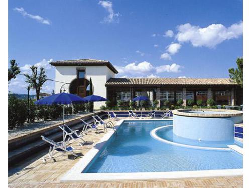 La piscina della location per ricevimenti