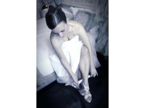 La sposa che indossa le scarpe
