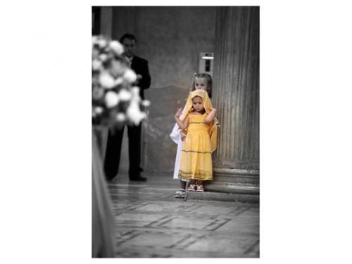 Una bambina durante la cerimonia