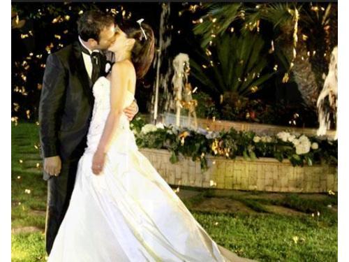 Il bacio degli sposi nel giardino