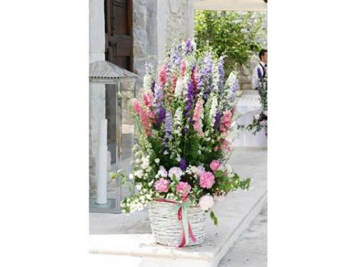 Cesto bianco con ortenise e gladioli