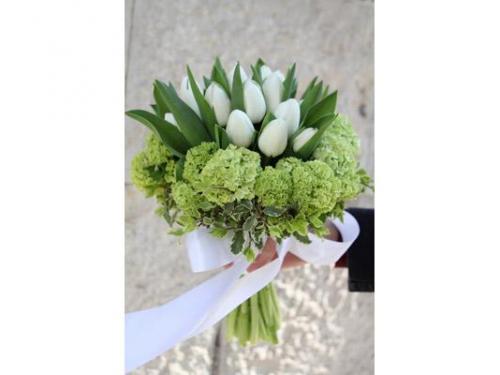 Tulipani bianchi e ortensie per il bouquet