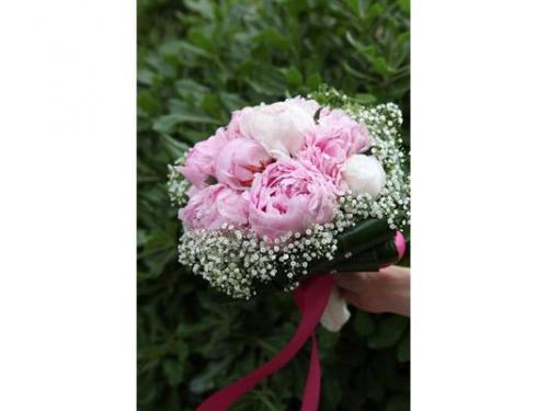 Bouquet di peonie rosa e nebbiolina