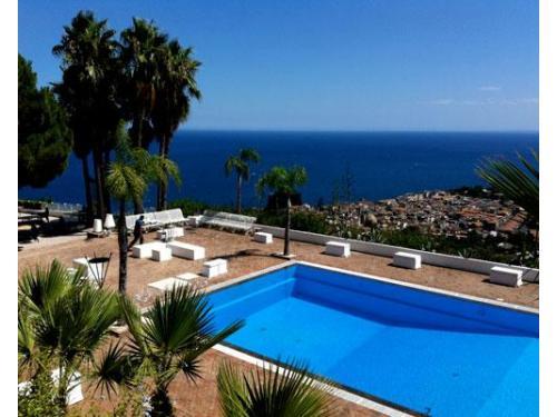 La piscina panoramica di casa delle terre forti