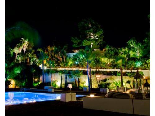 Il giardino esaltato da una spettacolare illuminazione notturna