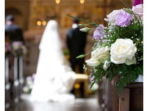 Particolare dell'addobbo floreale in chiesa