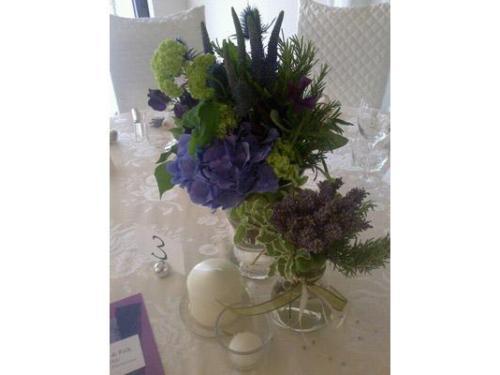 Ortensie viola e erbe aromatiche per un centrotavola country