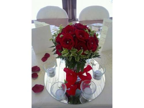 Centrotavola di rose rosse e punti luce
