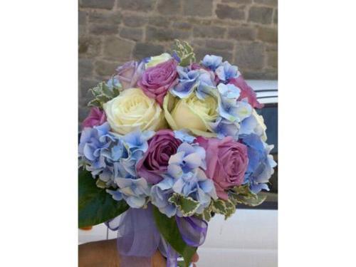Bouquet di ortensie viola-azzurre e rose