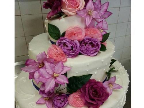 Torta nuziale con cascata di fiori