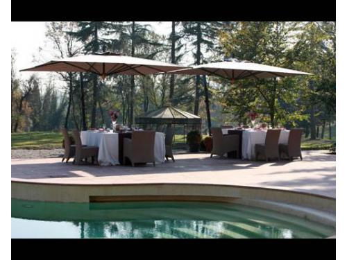 Tavoli allestiti attorno alla piscina