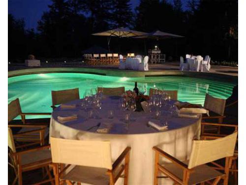 Tavoli ed illuminazione serale della piscina