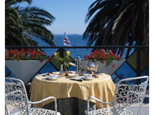 Il tavolo allestito sulla veranda