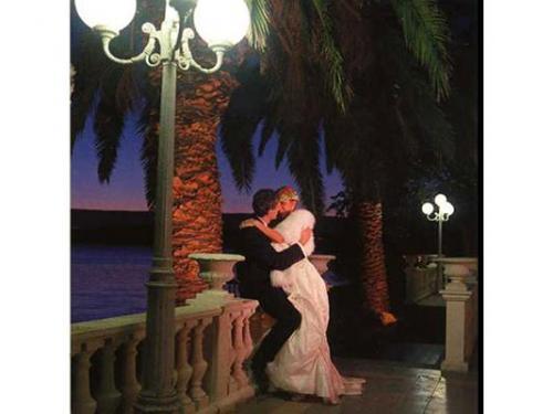Gli sposi in veranda di sera