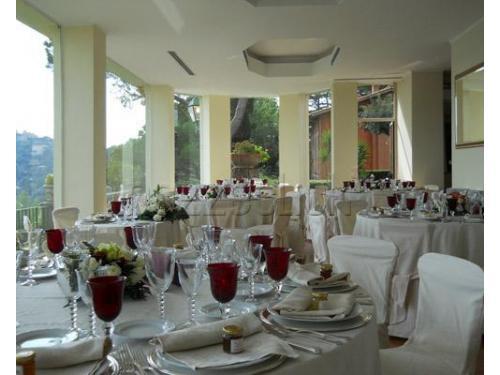 Allestimento dei tavoli con bicchieri color rubino