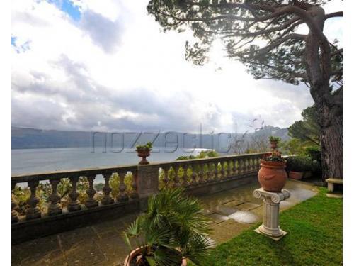 La terrazza panoramica sul lago di Castel Gandolfo