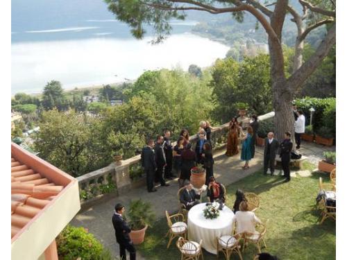 Gli invitati durante l`aperitivo di benvenuto