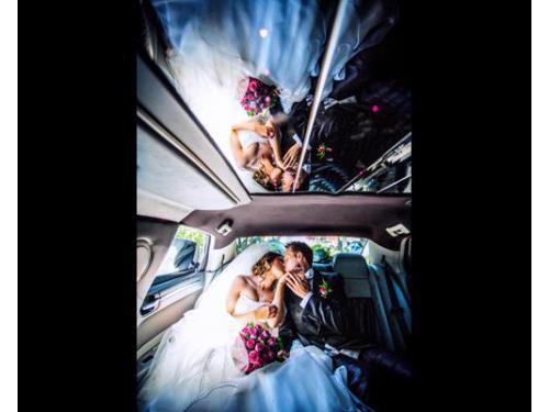 Gli sposi nella loro auto nuziale